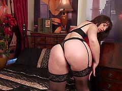 Mom Has Great Curves And Looks Sexy In Lingerie Masturbating